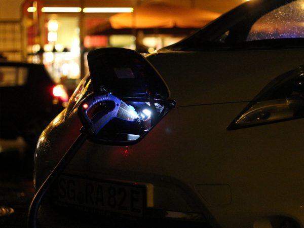 Nissan Leaf an der Ladesäule bei Nacht